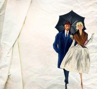 Un couple qui sort sous la pluie